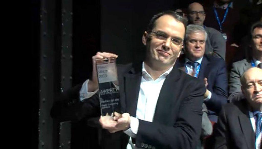 David Castanedo recogiendo de Microsoft el premio como Partner del año